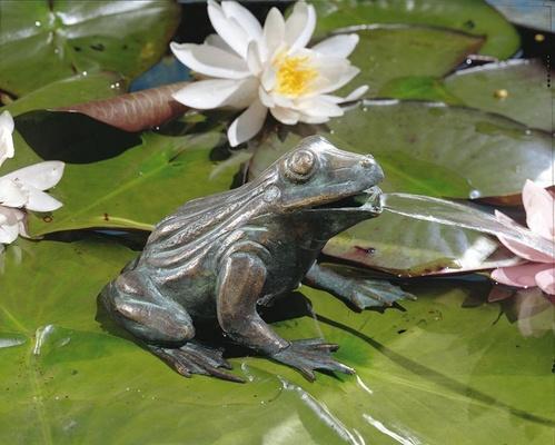 Bronzefigur frosch wasserspeiend wasserspiel aus bronze for Frosch figuren fur garten