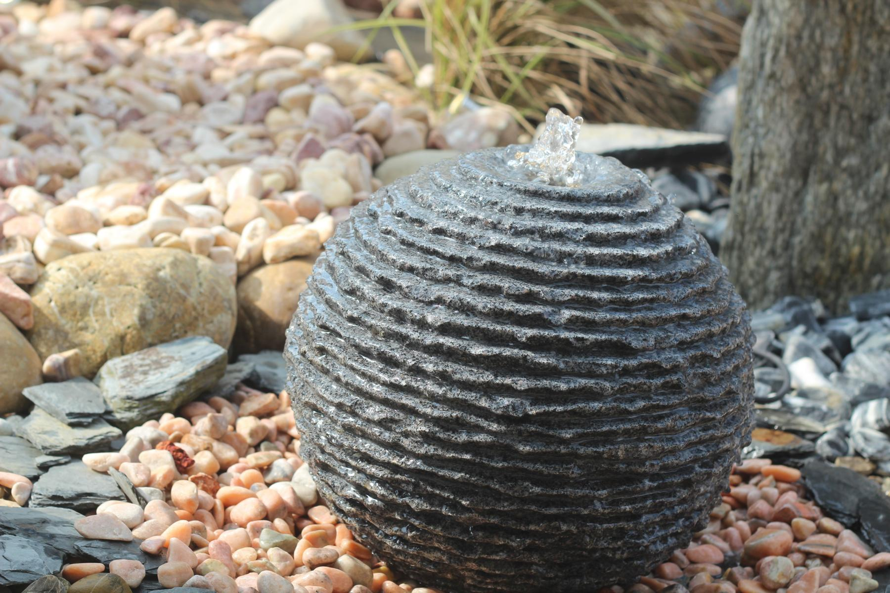 Wasserspiel set quellstein granit kugel saturn 35 inkl becken pumpe springbrunnen 100200007 for Gartenbrunnen kugel