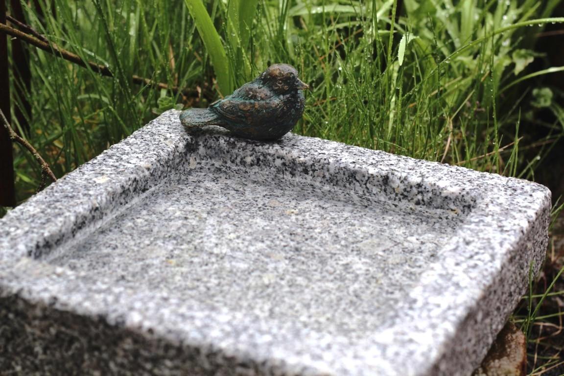 vogeltr nke granit quadratisch mit bronze vogel vogelbad. Black Bedroom Furniture Sets. Home Design Ideas