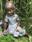 Gartenfigur Mädchen Mimi sitzend 48 cm | Teichfigur Polystone