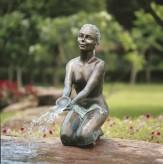 Bronzefigur Chiara 61 als Wasserspiel Bronze Skulptur Rottenecker