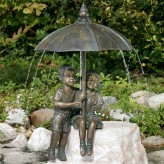 Gartenfigur Schirmpärchen Midi 50cm Wasserspeier Bronze Skulptur Rottenecker
