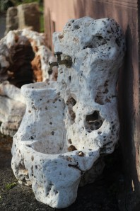 Zapfstelle Garda inkl. Wasserhahn 110cm | Naturstein Travertin antik Gartenbrunnen