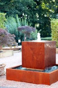 Wasserspiel Cortenstahl Kubus ´schwebender` Würfel 80 inkl. Pumpe Becken Springbrunnen