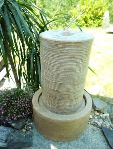 Gartenbrunnen Vu Quellsäule | Springbrunnen Wasserspiel inkl. Pumpe und LED