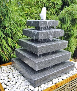 Wasserspiel SET Quellstein Pyramide 80cm Granit Gartenbrunnen inkl. Pumpe