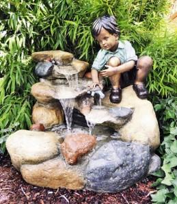 Junge Rene mit Kröte am Bach 78cm Polystone Wasserfall inkl. Pumpe und LED
