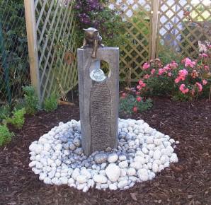 Wasserspiel SET: Quellstein Joy Granit anthrazit mit Bronze Katze inkl. Pumpe Becken