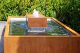 Wasserspiel SET Neptun: Cortenstahl Kubus mit 3 Sprudelquellen in offenem Becken 260x130 Springbrunnen