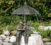 Gartenfigur Schirmpärchen Midi 50 als Wasserspiel Bronze Skulptur Rottenecker