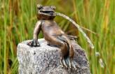 Bronzefigur Froschkönig Heinrich sitzend | Wasserspiel für Garten, Teich, Bachlauf