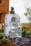 Wasserspiel kpl.SET: Bronzefigur Froschkönig Otto auf Granitsäule inkl. Pumpe | Becken