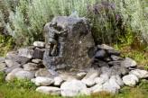 Wasserspiel Exclusiv SET: Bronzefigur Arne mini auf Granitfindling inkl. Pumpe | Becken | LED