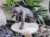 Gartenfigur Katze spielend Teichfigur aus Bronze