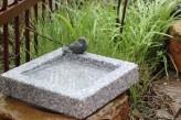 Vogeltränke Granit quadratisch mit Bronze Vogel | Vogelbad