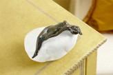 Bronzefigur Frau Estelle klein auf Flusskiesel | Dekoration aus Bronze für Heim und Garten