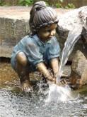 Gartenfigur Mädchen Anna 42 cm | Teichfigur Polystone an Wasser spielend
