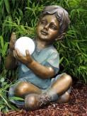 Gartenfigur Junge Leo 49cm mit leuchtendem Solarball Polystone Teichfigur