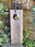 Wasserspiel SET: Quellstein Joy Granit rosa mit Bronze Katze inkl. Pumpe Becken
